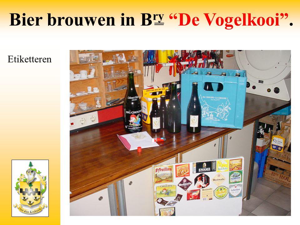"""Etiketteren Bier brouwen in B ry """"De Vogelkooi""""."""