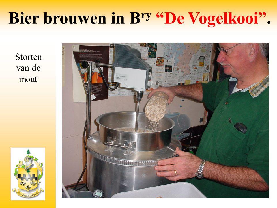 """Storten van de mout Bier brouwen in B ry """"De Vogelkooi""""."""