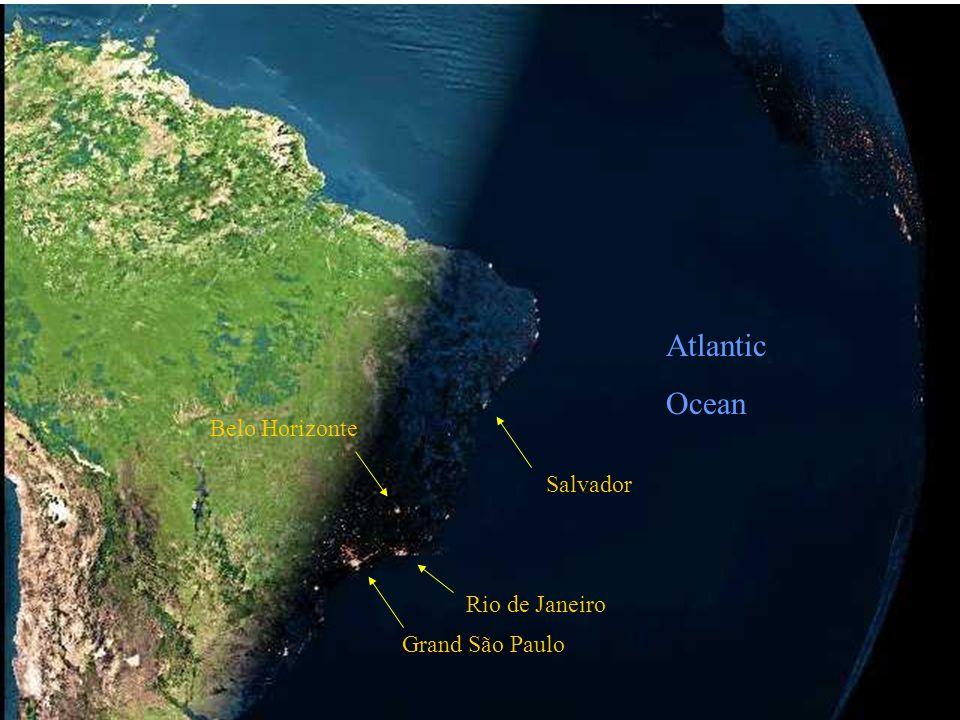 De volgende foto, genomen door een satelliet, toont hoe de nacht valt in Brazilië. De tweede is dezelfde met wat kleurverbetringen om de lichten beter