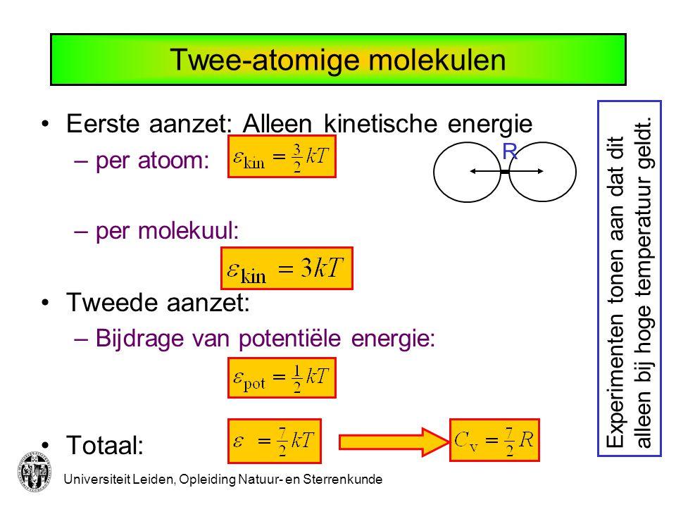 Universiteit Leiden, Opleiding Natuur- en Sterrenkunde ½kT per vrijheidsgraad Totale energie per molekuul bestaat uit: –de kinetische energie van translatie (verplaatsing) van het molekuul als geheel:3/2 kT –de kinetische energie van rotatie (draaiing) van het molekuul als geheel:kT –de kinetische energie van vibratie van de atomen in het molekuul:1/2 kT –de potentiële energie verbonden met de vibratie- beweging van de atomen in het molekuul1/2 kT Samen: 7/2 kT