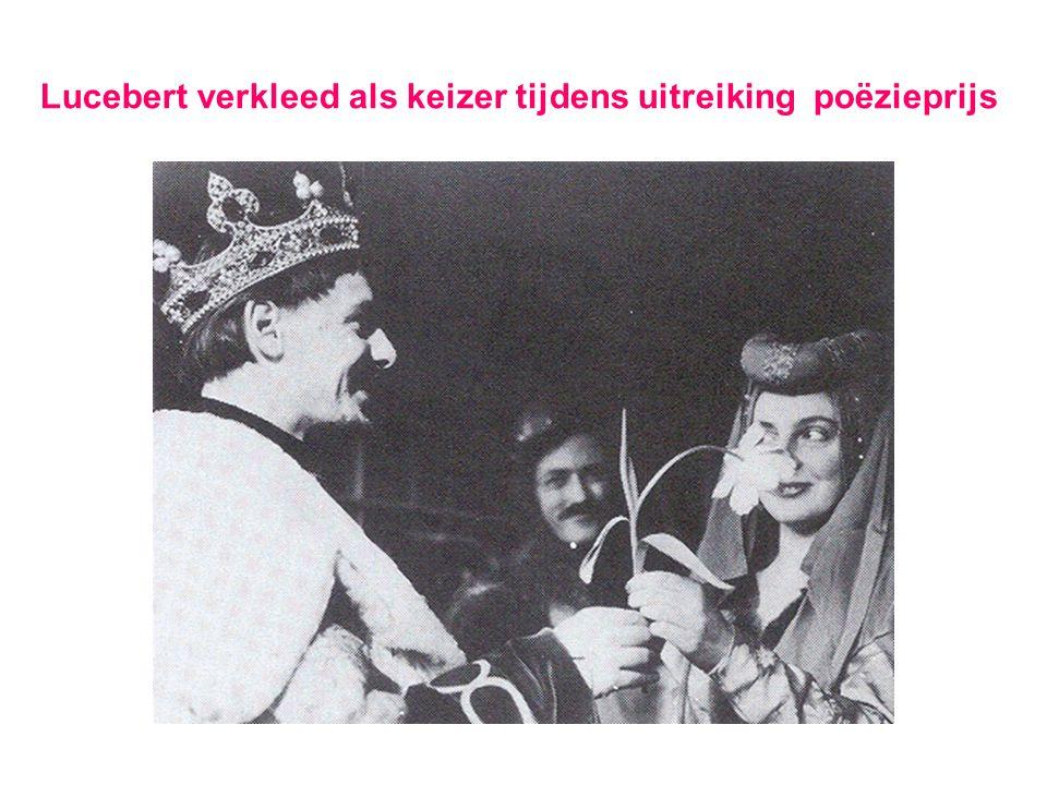 Lucebert verkleed als keizer tijdens uitreiking poëzieprijs