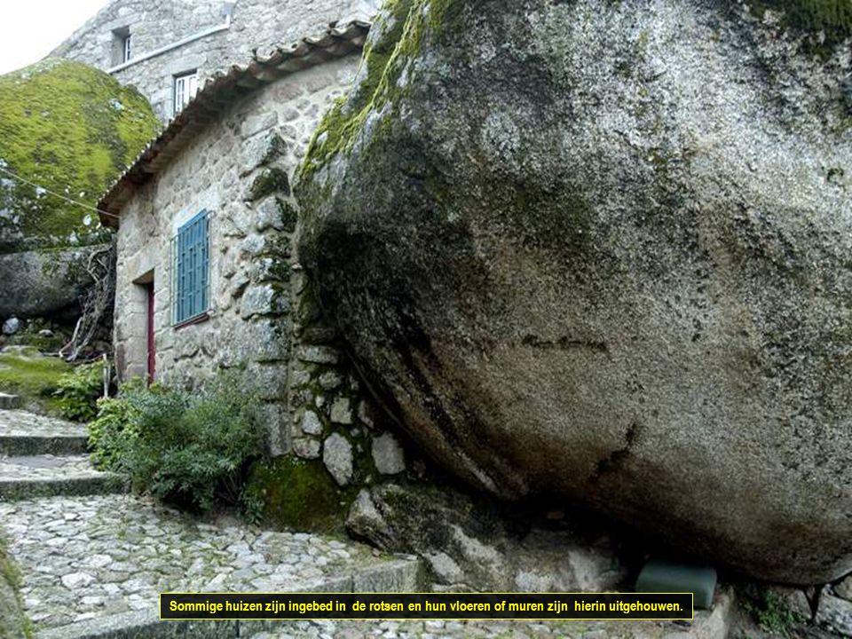 Het dorpje is harmonieus gebouwd uit kleine granieten huizen.