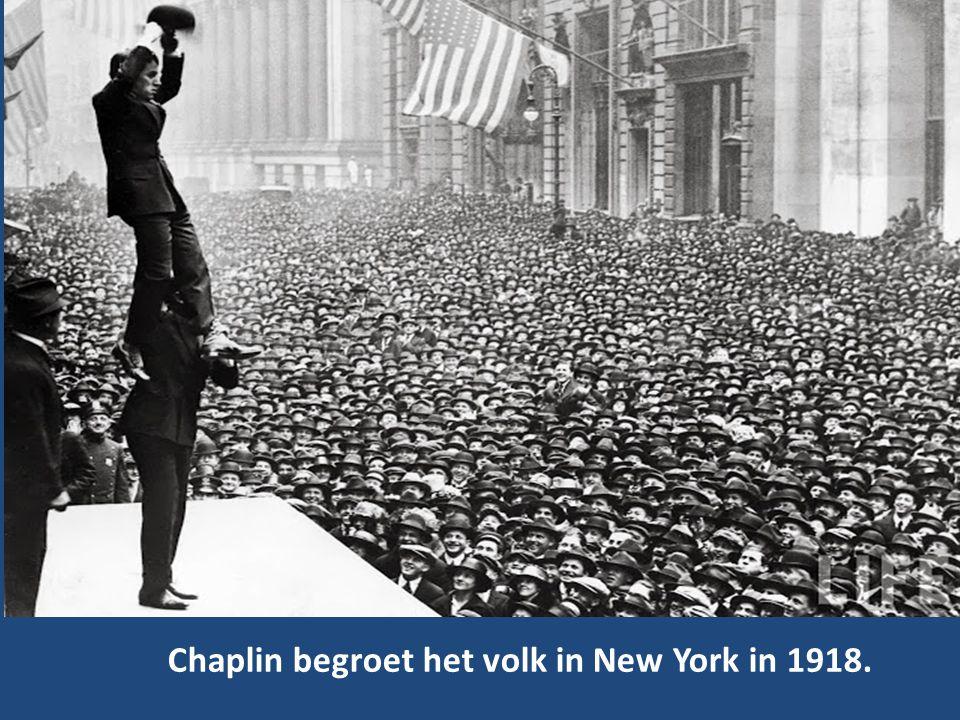 Chaplin begroet het volk in New York in 1918.