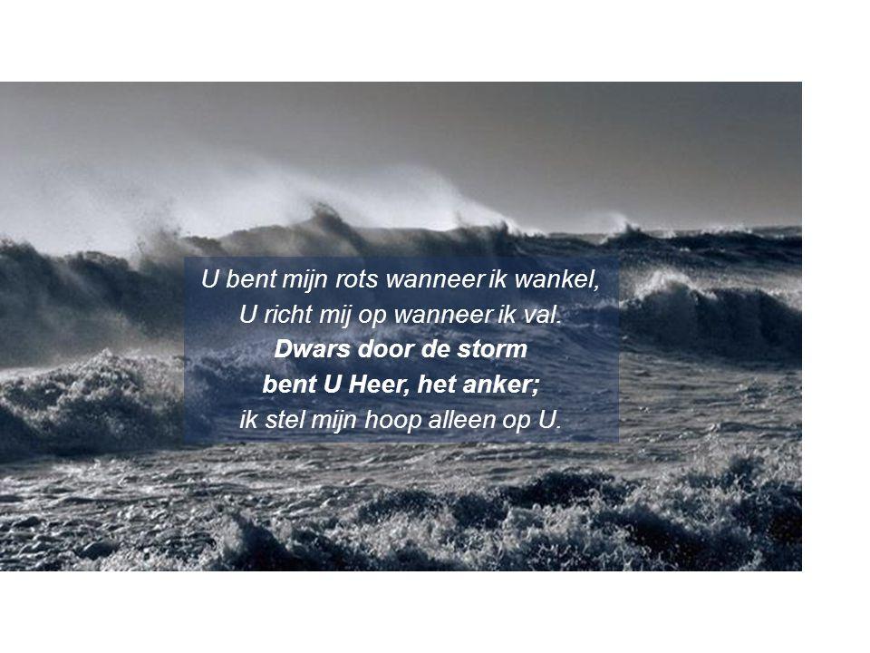 U bent mijn rots wanneer ik wankel, U richt mij op wanneer ik val. Dwars door de storm bent U Heer, het anker; ik stel mijn hoop alleen op U.