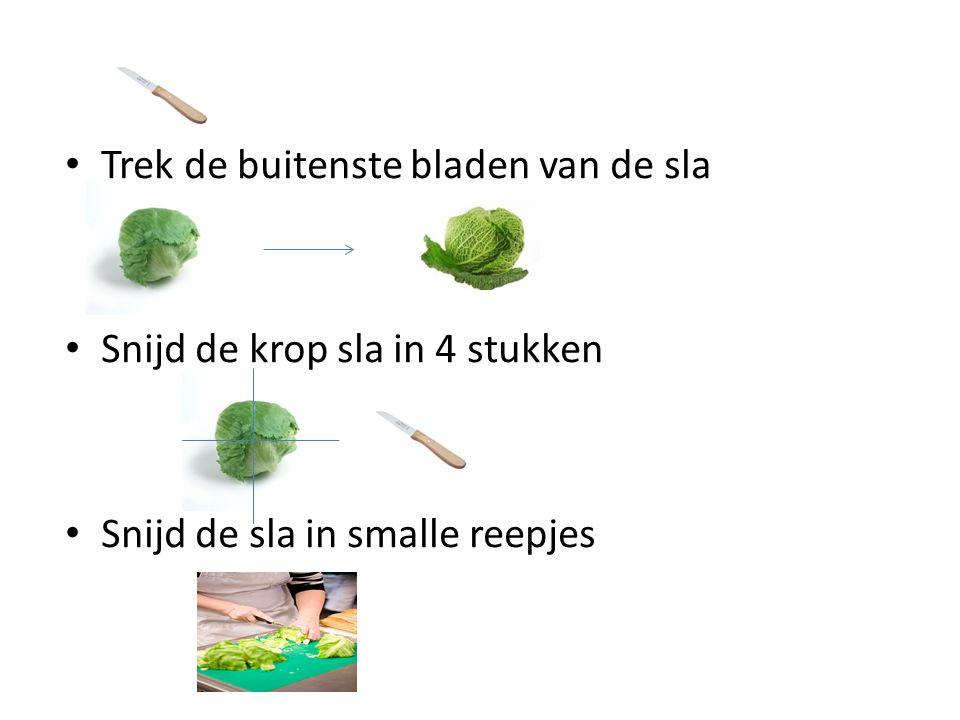 Trek de buitenste bladen van de sla Snijd de krop sla in 4 stukken Snijd de sla in smalle reepjes