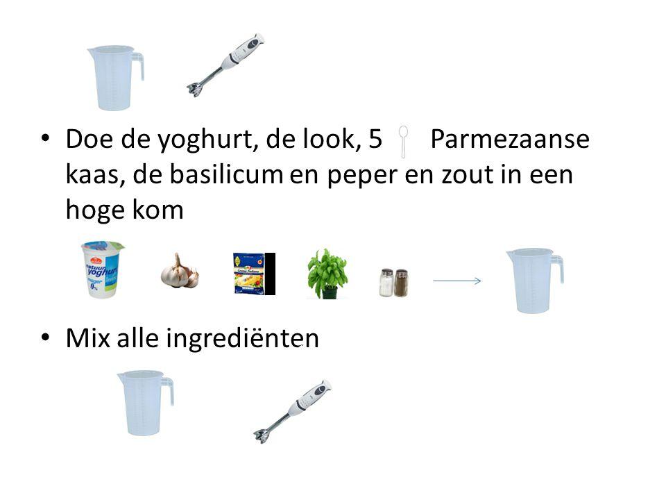 Doe de yoghurt, de look, 5 Parmezaanse kaas, de basilicum en peper en zout in een hoge kom Mix alle ingrediënten