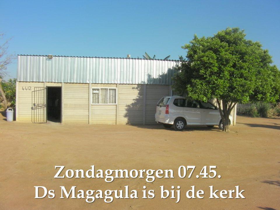 Zondagmorgen 07.45. Ds Magagula is bij de kerk