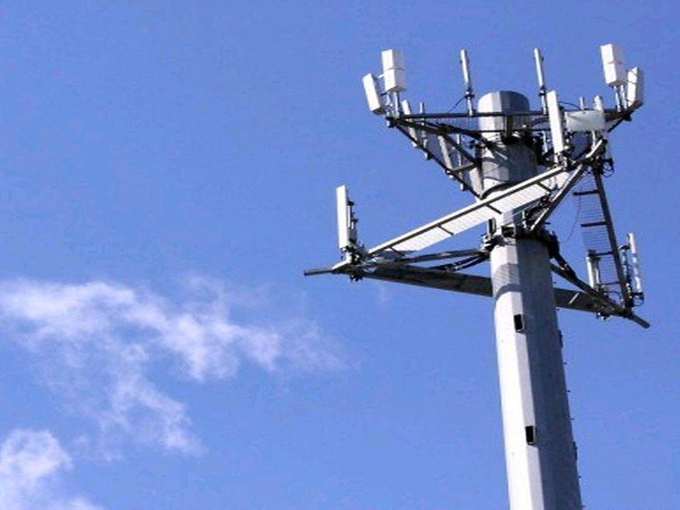 UMTS-masten UMTS staat voor Universal Mobile Telecommunications System en wordt ook wel de derde generatie mobiele communicatie (3G) genoemd. UMTS is