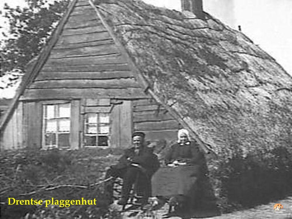 Van links naar rechts: Sientje en echtgenoot Frans Kivits, Grardje, Sjef en Ciska voor een van de plaggenhutten in Deurne 1893-1978 waarin ze vele jar
