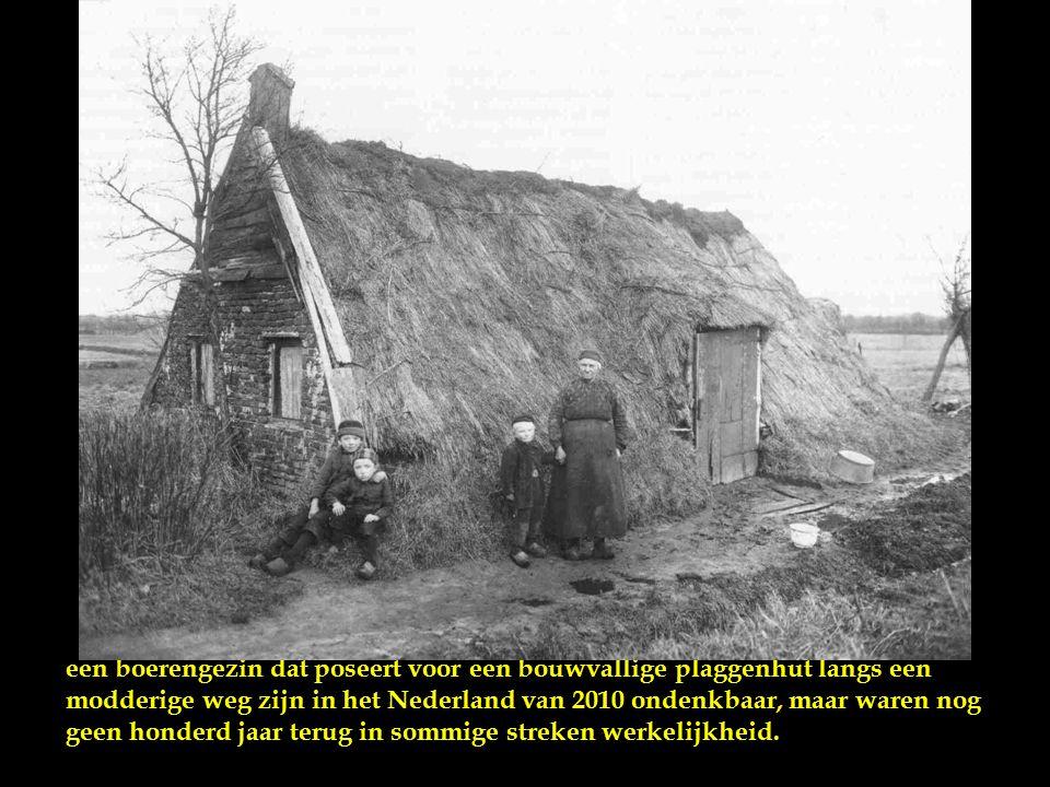 Dagloners bij een zelf gebouwde plaggenhut, dit gezin had het nog redelijk, moeder en kinderen hoefden niet op het land als loonwerker te werken.
