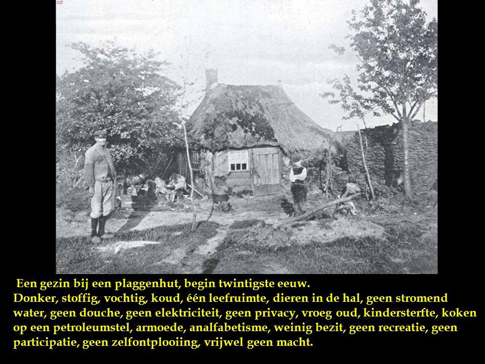 Plaggenhut te Onstwedde, de muren van de hut bestonden uit turven en plaggen, deels bedekt met schollen en planken.