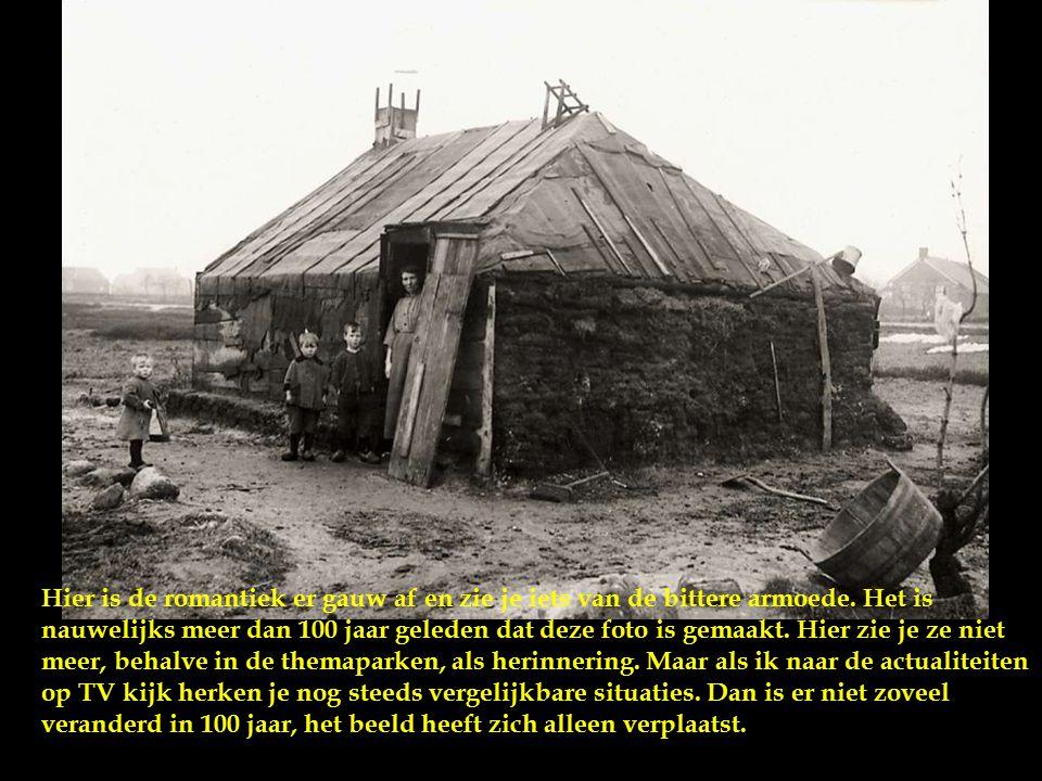 Een gezin bij een plaggenhut, begin twintigste eeuw. Donker, stoffig, vochtig, koud, één leefruimte, dieren in de hal, geen stromend water, geen douch