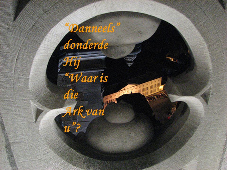 God keek vanuit de hemel naar beneden en zag dat Danneels nog niet begonnen was aan de ark