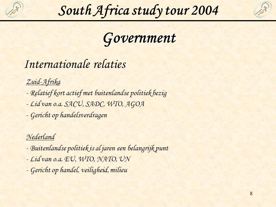 South Africa study tour 2004 9 Government (2) Milieu- en energiebeleid Zuid-Afrika - Tekende het Kyoto verdrag in 2002 - 42% van CO 2 emissie in Afrika wordt in Zuid-Afrika uitgestoten - CO 2 emissie zal binnenkort ver omlaag moeten - Eerste White paper over milieubeleid eind 2002 gepubliceerd - Bezig met wetten om milieuvervuiling in eigen land tegen te gaan, zoals dumpen van afval, verspilling van grondstoffen en uitstoot van gassen Nederland - Al jarenlang met milieubeleid bezig en loopt internationaal voorop in milieurichtlijnen en wetgeving - De CO 2 emissies zijn de laatste jaren gekrompen - Nieuwe (internationale) verdragen om uitstoot verder te beperken - Overheid heeft verdragen met het bedrijfsleven over uitstoot schadelijke stoffen - Overheid steekt zelf geld in onderzoek om oplossingen te vinden