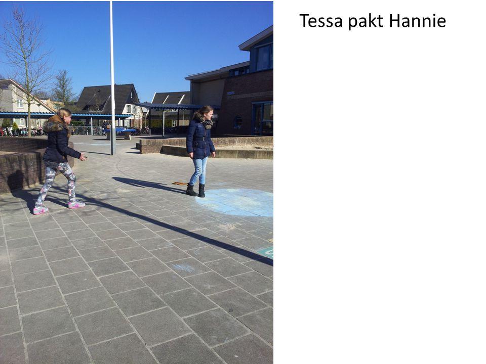 Tessa heeft Hannie. Hannie schrikt.