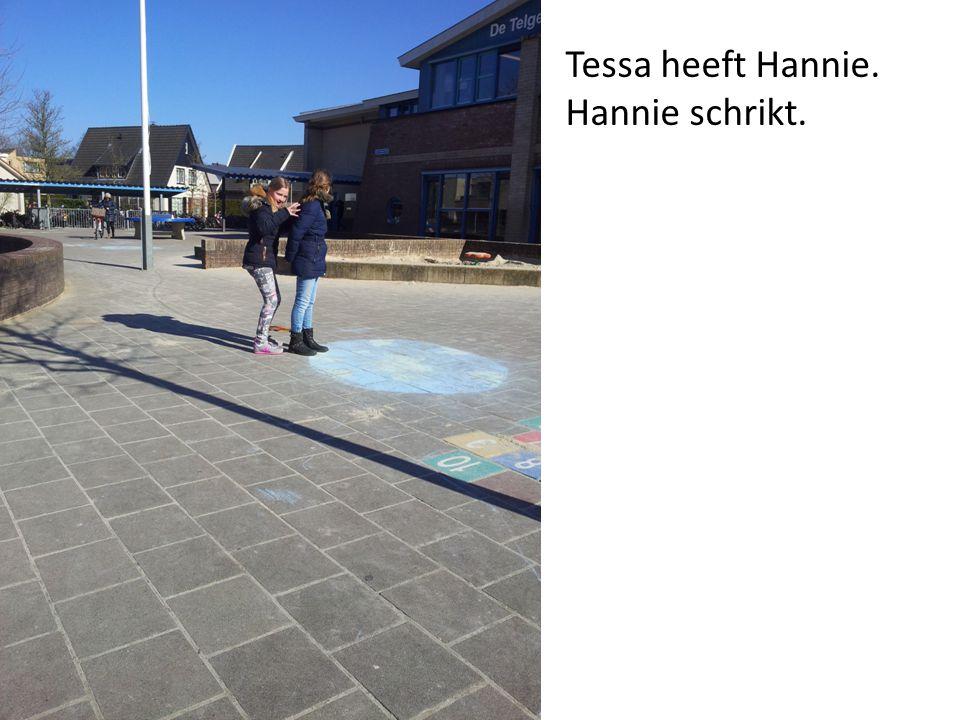 Tessa zet Hannie achter het muurtje.