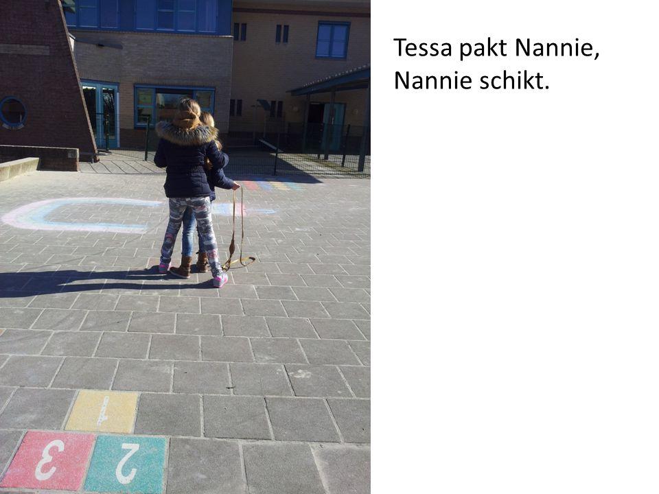 Hannie en Nannie rennen weg omdat Tessa komt.