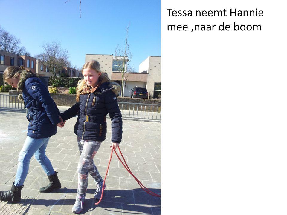 Tessa neemt Hannie mee,naar de boom