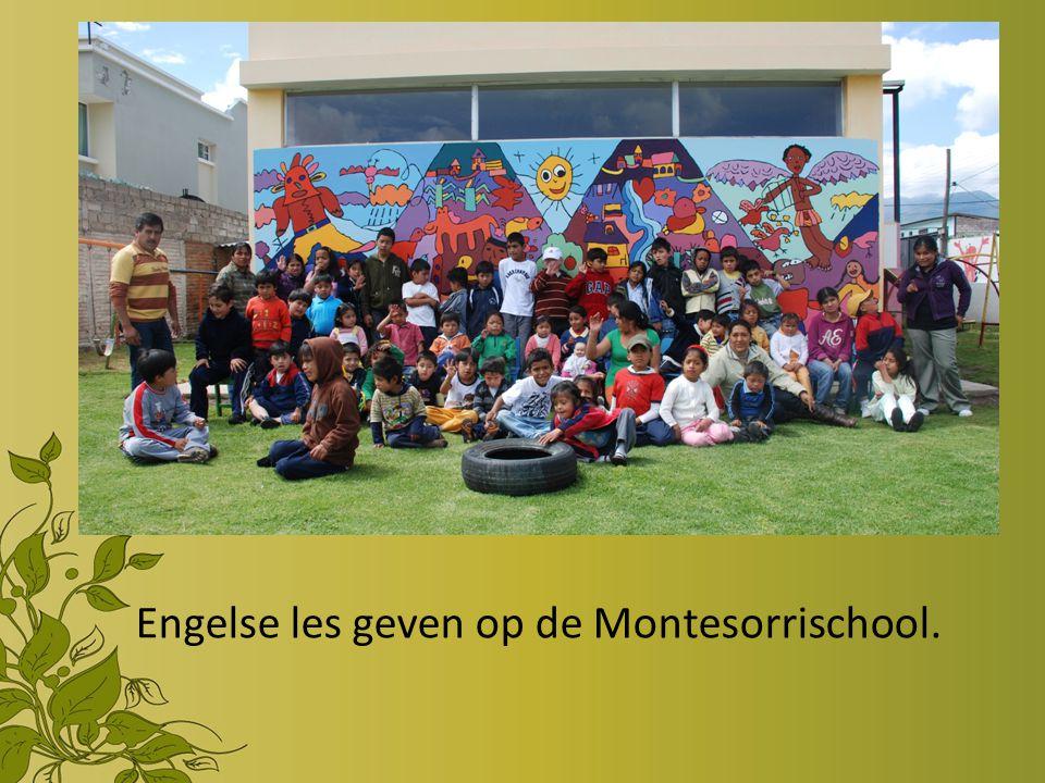 Engelse les geven op de Montesorrischool.