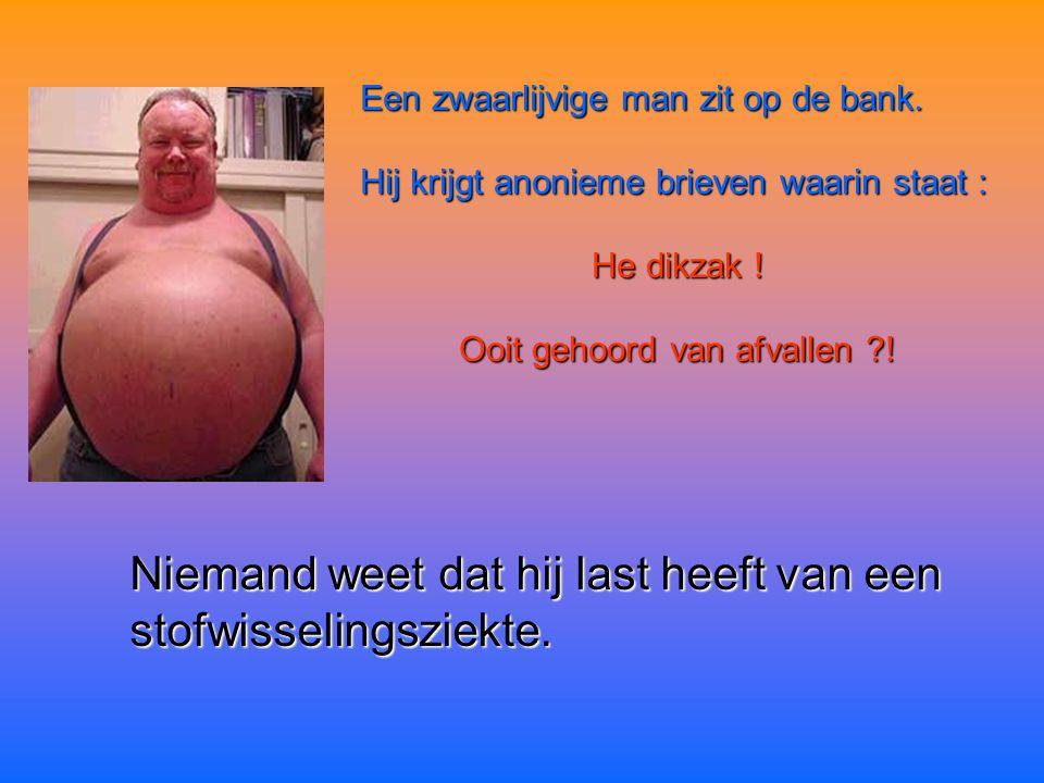 Een zwaarlijvige man zit op de bank.Hij krijgt anonieme brieven waarin staat : He dikzak .