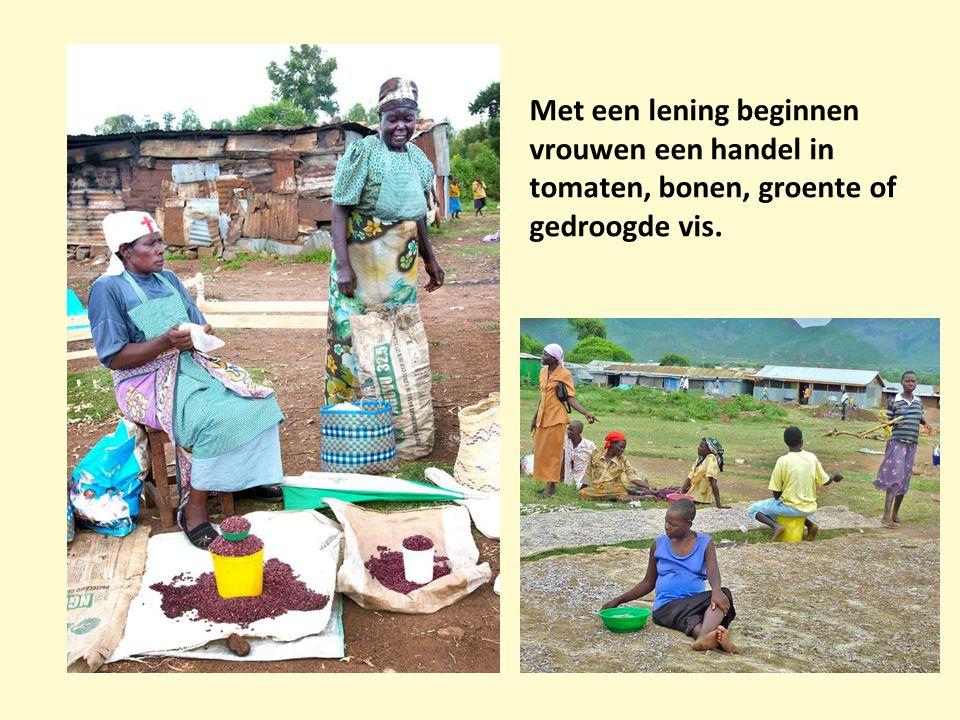 Met een lening beginnen vrouwen een handel in tomaten, bonen, groente of gedroogde vis.
