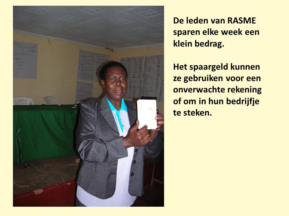 De leden van RASME sparen elke week een klein bedrag. Het spaargeld kunnen ze gebruiken voor een onverwachte rekening of om in hun bedrijfje te steken