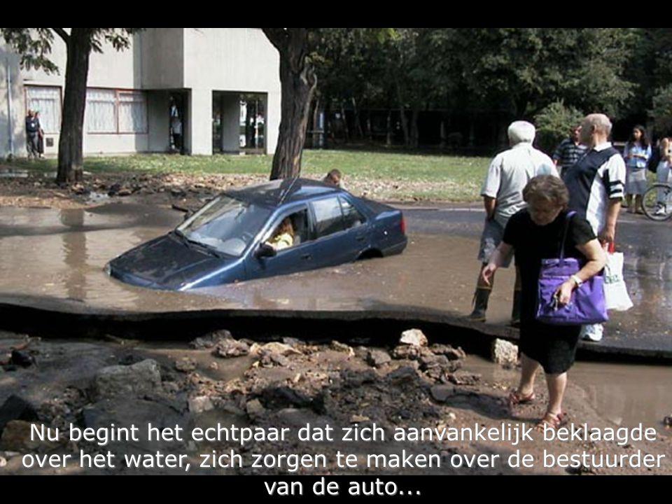 Nu begint het echtpaar dat zich aanvankelijk beklaagde over het water, zich zorgen te maken over de bestuurder over het water, zich zorgen te maken over de bestuurder van de auto...