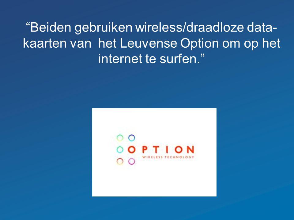 Beiden gebruiken wireless/draadloze data- kaarten van het Leuvense Option om op het internet te surfen.