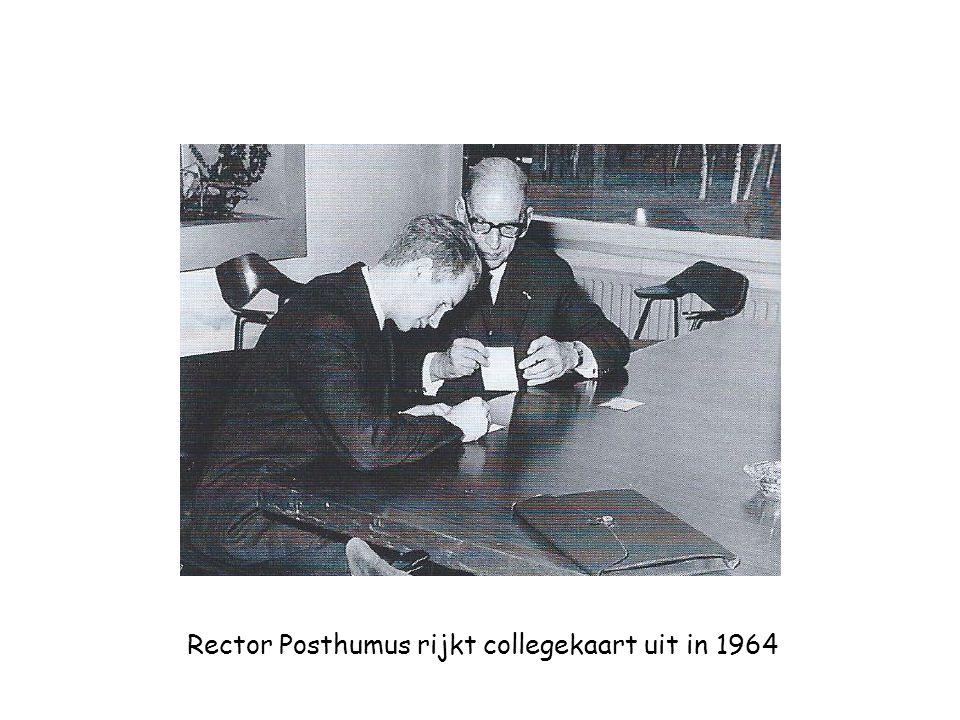 Rector Posthumus rijkt collegekaart uit in 1964