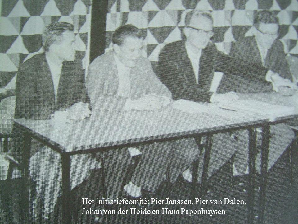 : Het initiatiefcomité: Piet Janssen, Piet van Dalen, Johan van der Heide en Hans Papenhuysen