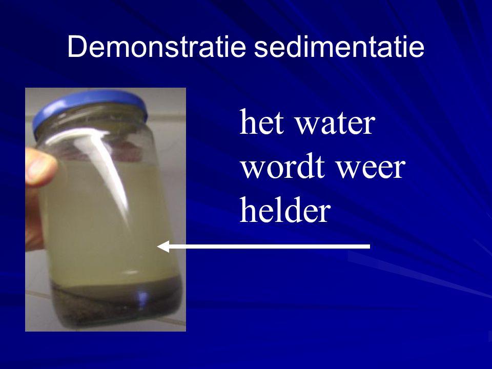 Demonstratie sedimentatie het water wordt weer helder