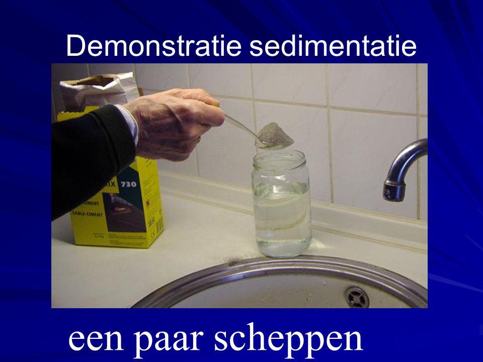 Demonstratie sedimentatie een paar scheppen