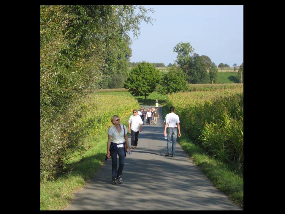 Volksbeweging wandelt naar praalgraf Staf de Clercq – HLN: 29 september 2014 De deelnemers aan het praalgraf van Staf De Clercq.