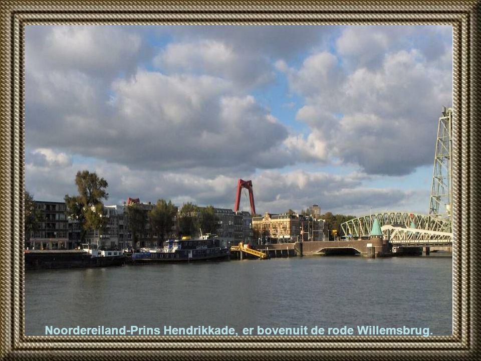 De Koninginnebrug en daarachter de spoorbrug 'De Hef.'