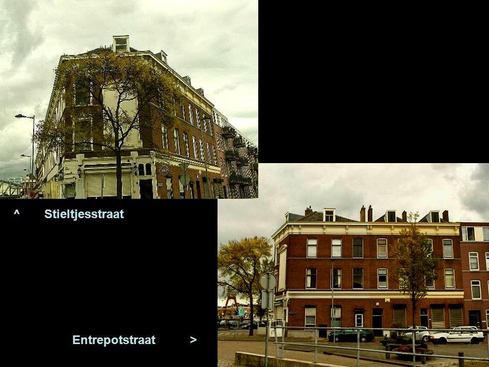 < Op de hoek van de Rosestraat en Entrepot straat is de oude ingang van het station van de stoomtramdienst, RTM En een van die trams reed o.a. over de