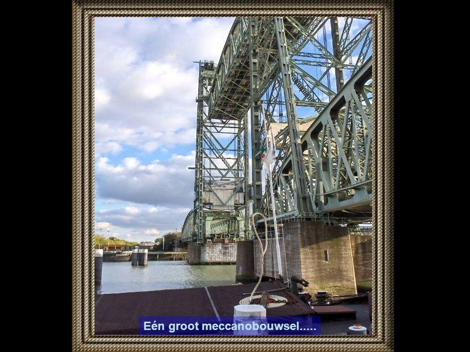 Op de Prins Hendrikkade kijken we naar de Koninginnebrug, en Stieltjesplein.