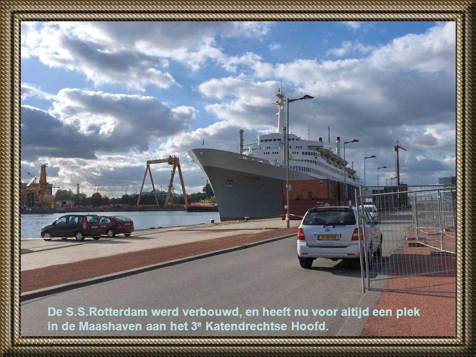 Vanaf de Erasmusbrug, links het Noordereiland, en 'de Hef' in de verte.