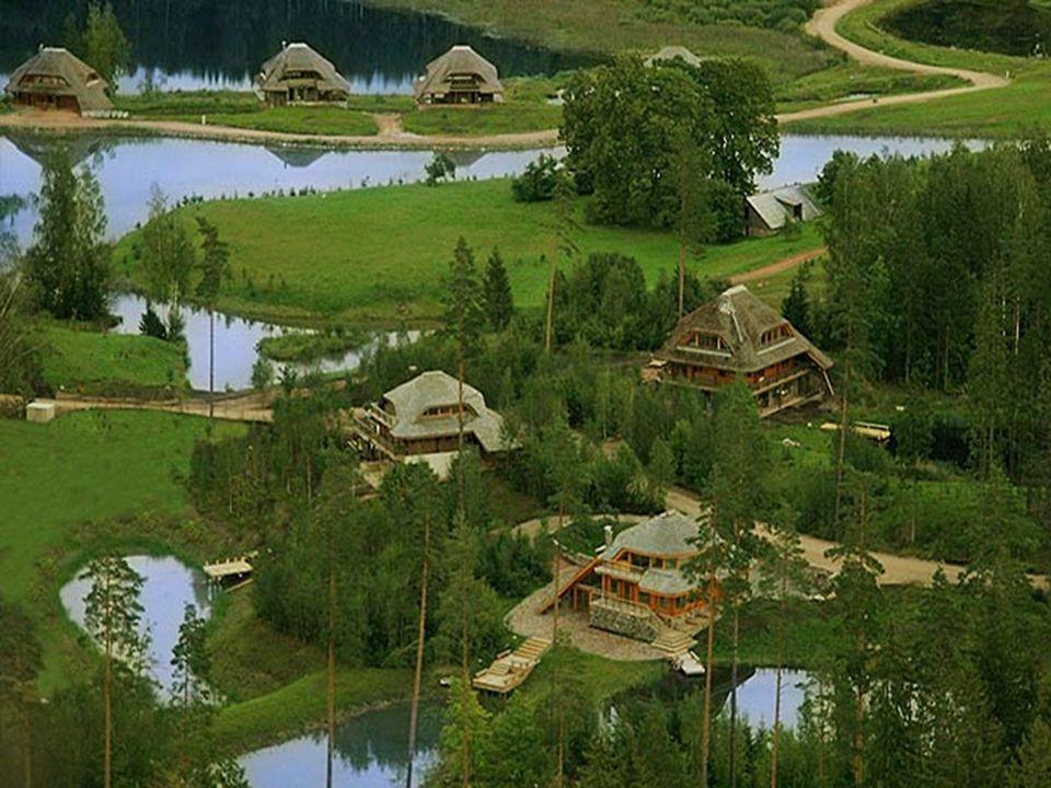Er worden drie structuren gebruikt: houten lijsten, boomstammen en metselwerk, aangevuld met gevels in natuursteen, decoratieve houten beplating, plei