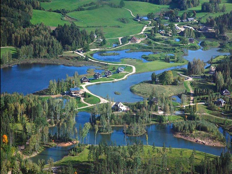 Elk perceel is aangesloten op de openbare voorzieningen: waterleiding, riolering, elektriciteit en kabelnet.