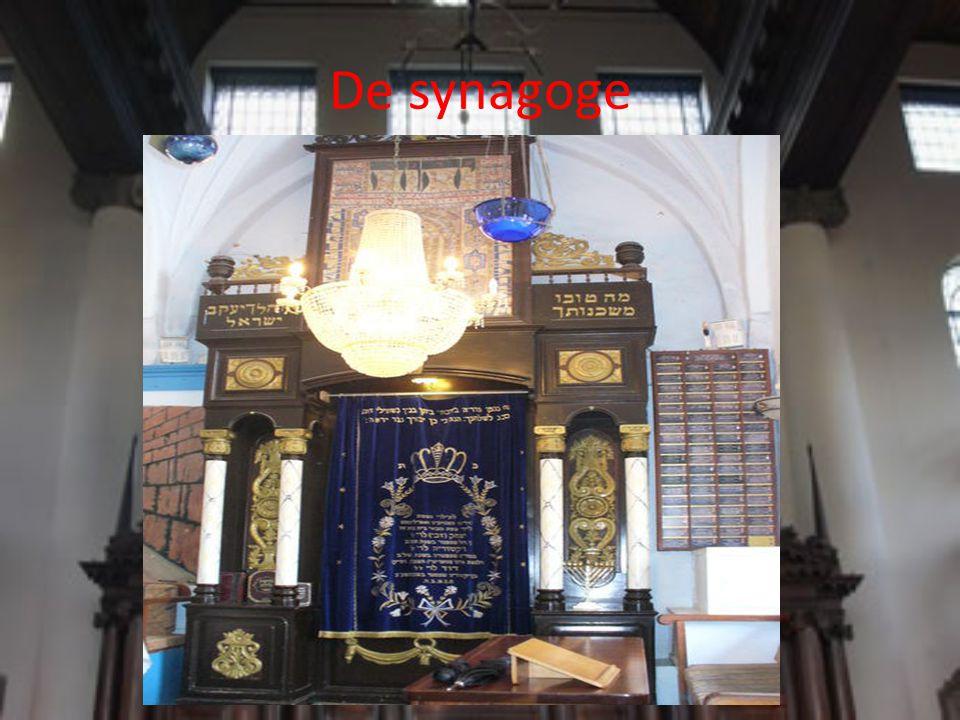 De eeuwig brandende lamp Dit licht, vroeger olielamp, nu vaak elektrisch, symboliseert de aanwezigheid van God.