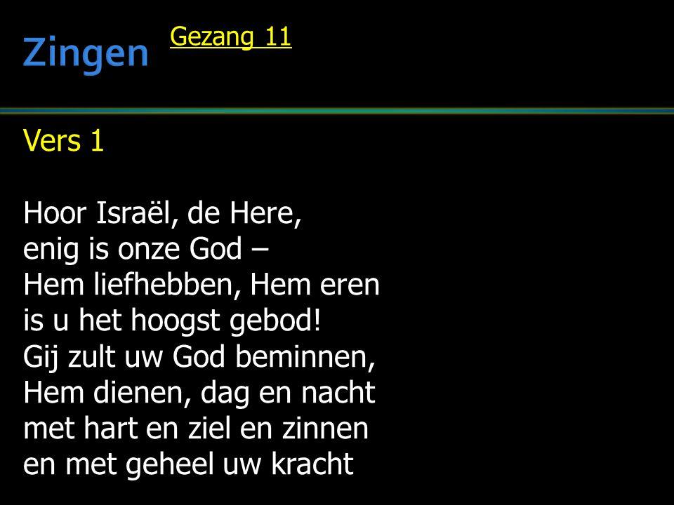 Vers 1 Hoor Israël, de Here, enig is onze God – Hem liefhebben, Hem eren is u het hoogst gebod! Gij zult uw God beminnen, Hem dienen, dag en nacht met