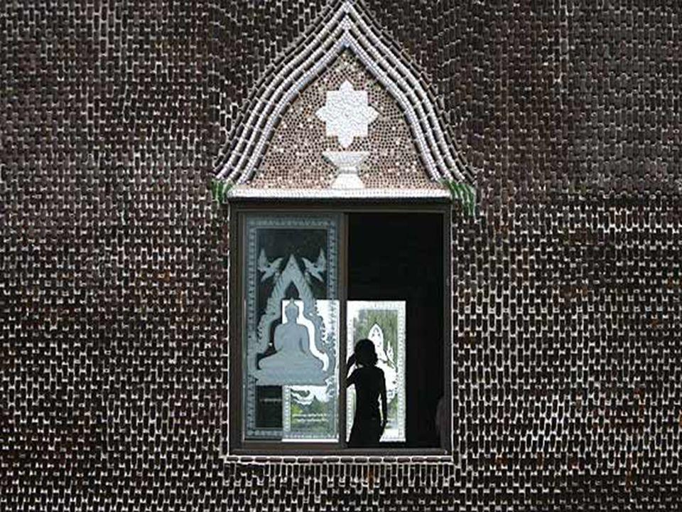 Während der Konstruktion beschlossen die buddhistischen Mönche eine solche Menge von Glasflaschen einzusammeln als Beispiel einer nützlichen Wiederver