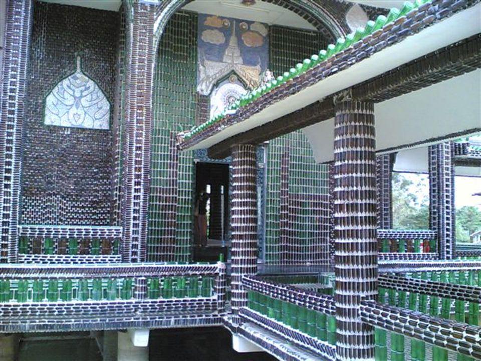 Der Tempel Wat Pa Maha Chedi Kaew, in der thailändischen Provinz Sisaket, erstaunt uns wirklich durch sein Design, denn er ist mit Glasflaschen gebaut