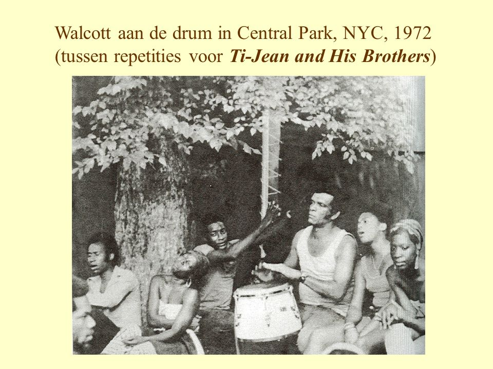 Walcott aan de drum in Central Park, NYC, 1972 (tussen repetities voor Ti-Jean and His Brothers)