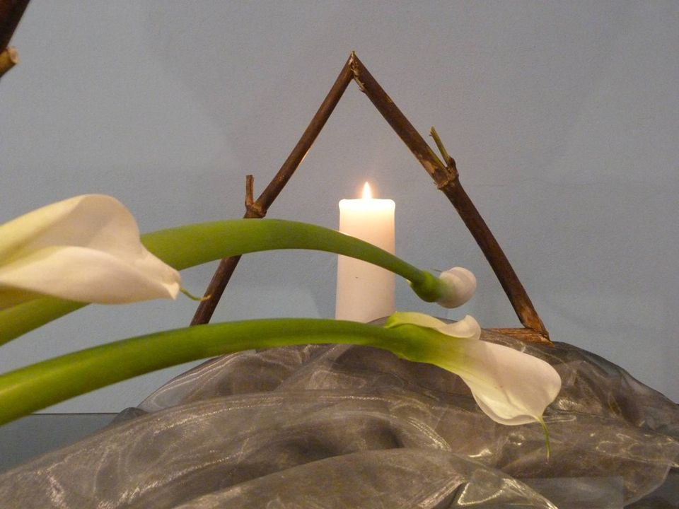 De driehoeken zijn het symbool van Geloof, Hoop en Liefde en vormen een doorkijk naar het nieuwe koninkrijk van Gods licht.