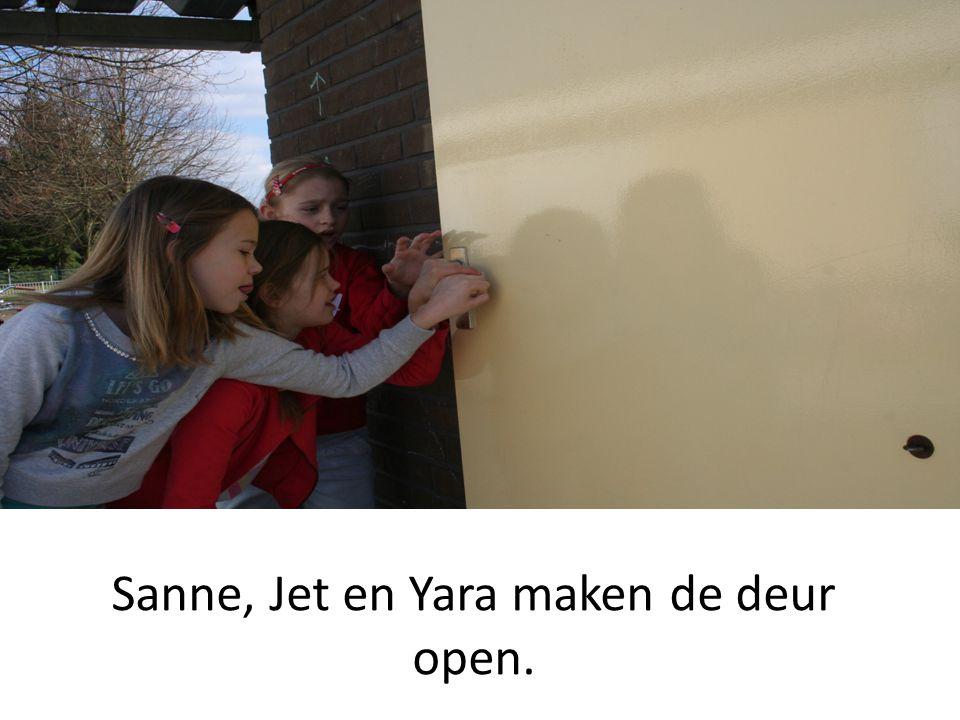 Sanne, Jet en Yara maken de deur open.