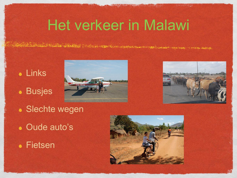 Het verkeer in Malawi Links Busjes Slechte wegen Oude auto's Fietsen