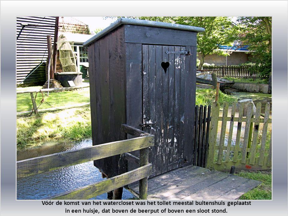 Vóór de komst van het watercloset was het toilet meestal buitenshuis geplaatst in een huisje, dat boven de beerput of boven een sloot stond.