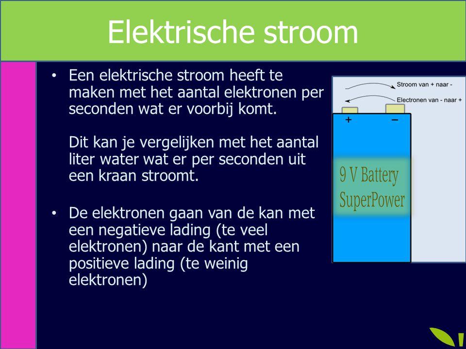 Een elektrische stroom heeft te maken met het aantal elektronen per seconden wat er voorbij komt. Dit kan je vergelijken met het aantal liter water wa