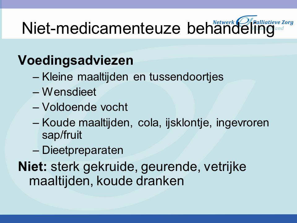 Niet-medicamenteuze behandeling Voedingsadviezen –Kleine maaltijden en tussendoortjes –Wensdieet –Voldoende vocht –Koude maaltijden, cola, ijsklontje,